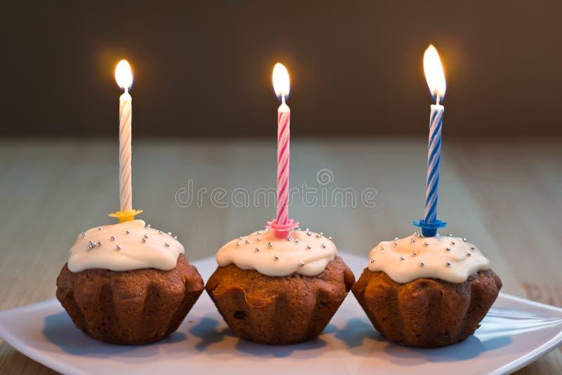 Trois petits pains avec les bougies brûlantes images libres de droits