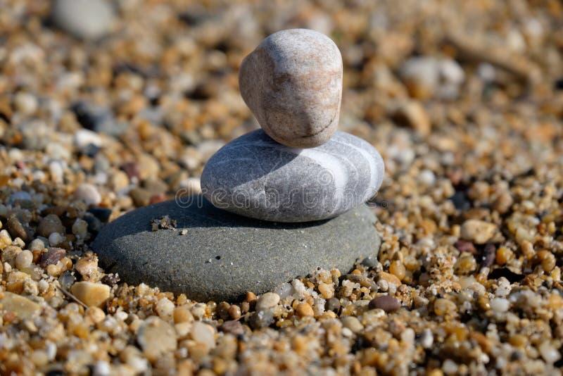 Trois pierres de caillou ont empilé un au-dessus des autres images stock