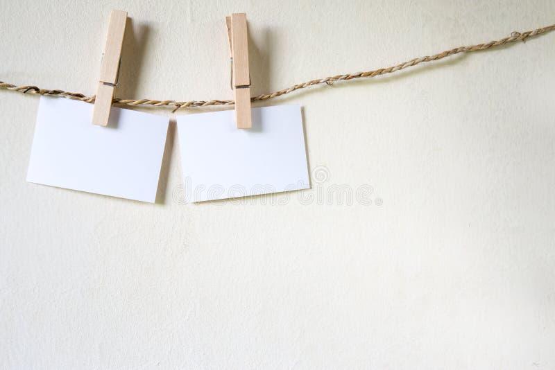 Trois places de papier blanc, chevillées à une ligne de lavage de ficelle photos libres de droits