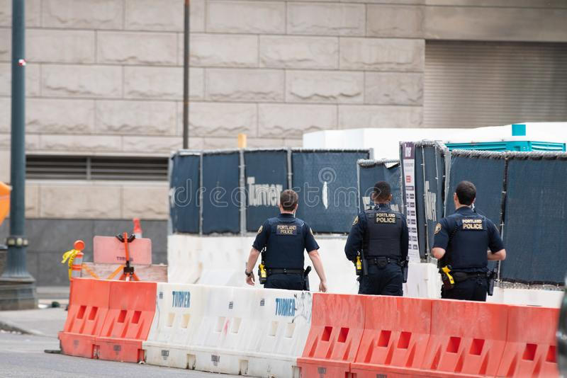 Trois policiers de Portland patrouillant la rue photos stock