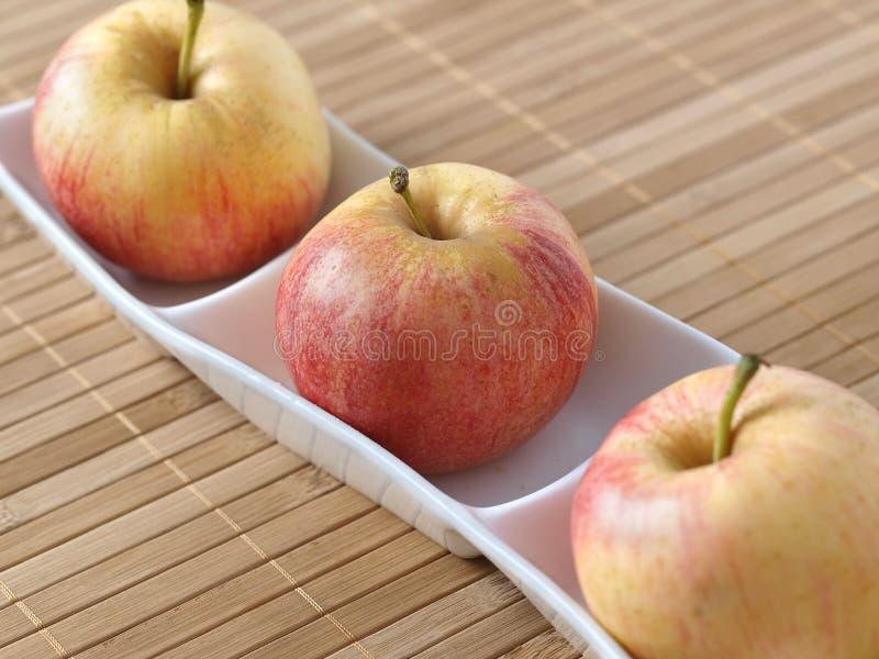 Trois pommes dans une cuvette 03 photos libres de droits
