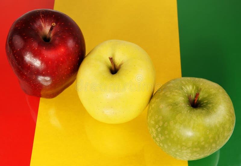 Trois pommes multicolores image stock