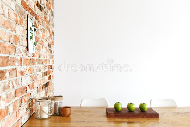 Trois pommes sur la table photos stock