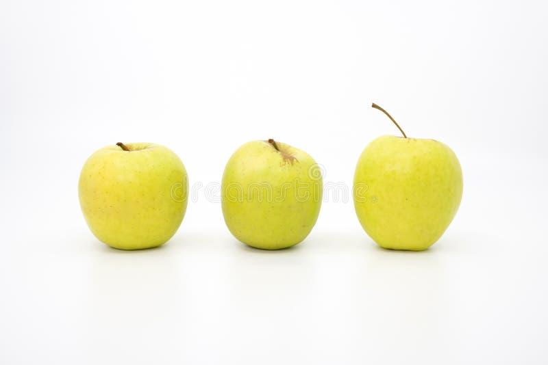Trois pommes vertes dans une rang?e images stock