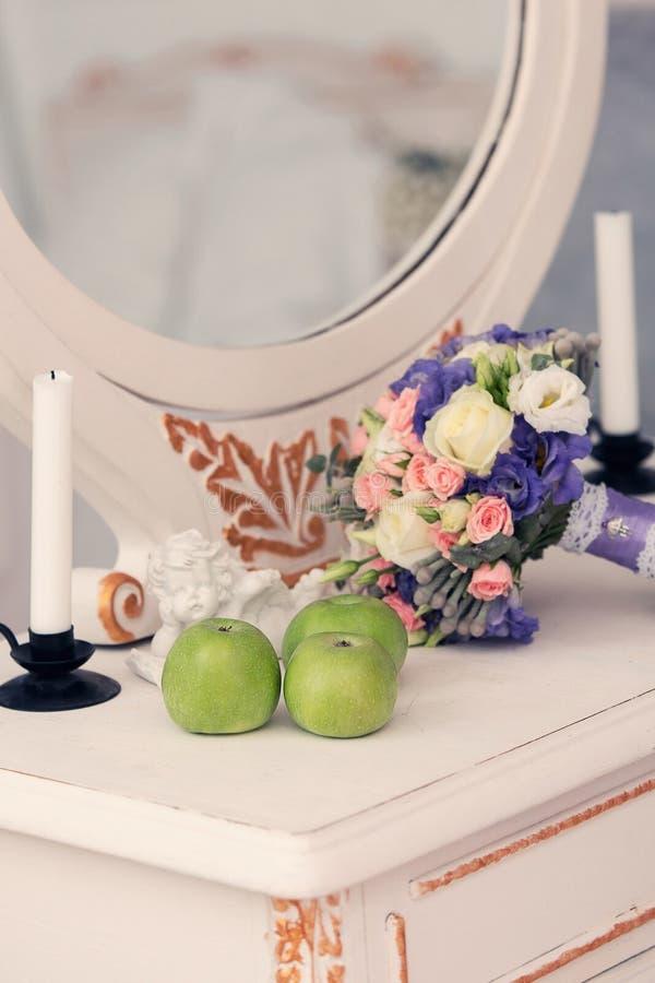 Trois pommes vertes sur une table photo stock