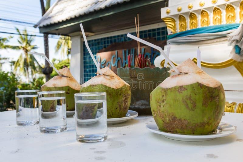 Trois portions de cocktail de colada de pina fait en noix de coco sur Phuket, Thaïlande images stock