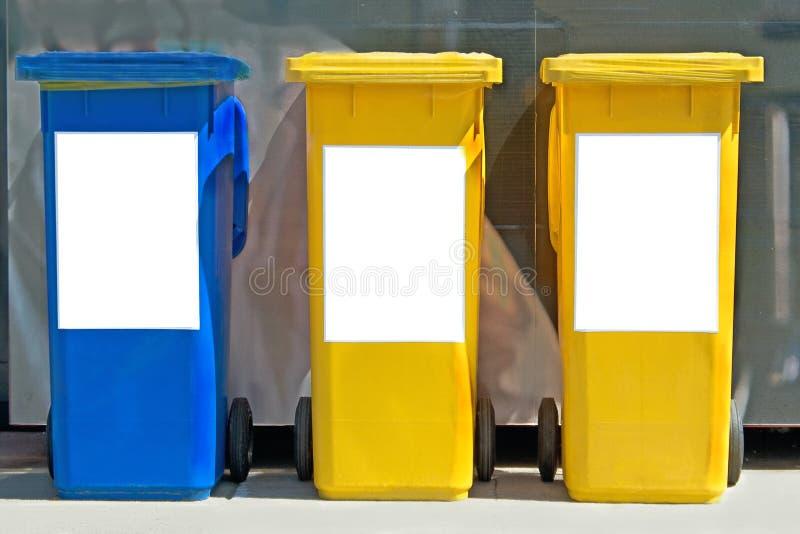 Trois poubelles colorées photographie stock