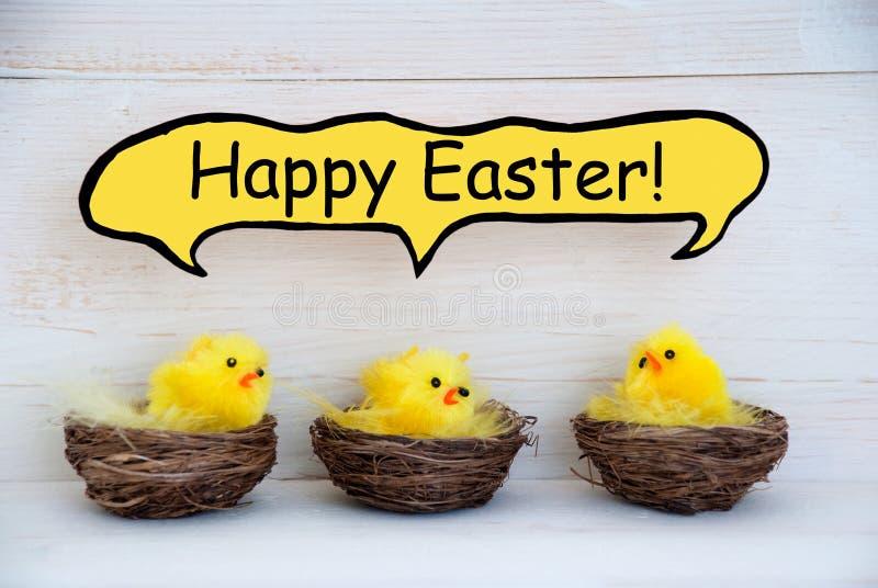 Trois poussins avec le ballon comique Joyeuses Pâques de la parole photographie stock