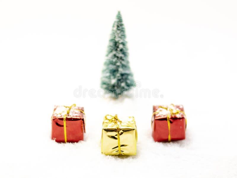 Trois présents, deux rouges et un jaune avec des rubans images libres de droits