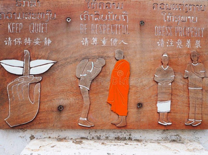 Trois r?gles sur un signe de suivre en entrant dans un temple bouddhiste photo libre de droits