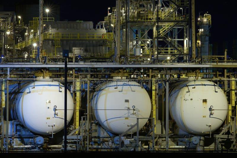 Trois réservoirs de stockage de pétrole la nuit photo libre de droits