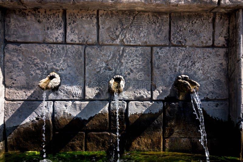 Trois robinets en pierre de quels écoulements d'eau image libre de droits