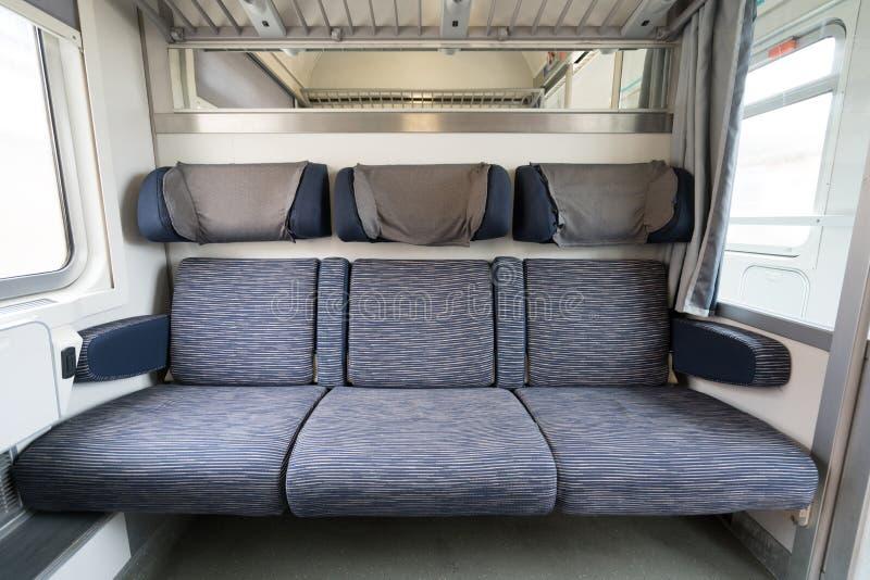 Trois sièges vides adjacents sur le train européen moderne photographie stock