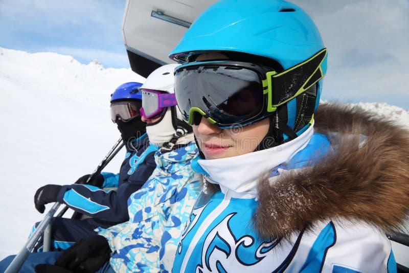 Trois skieurs conduisent sur le funiculaire photos stock