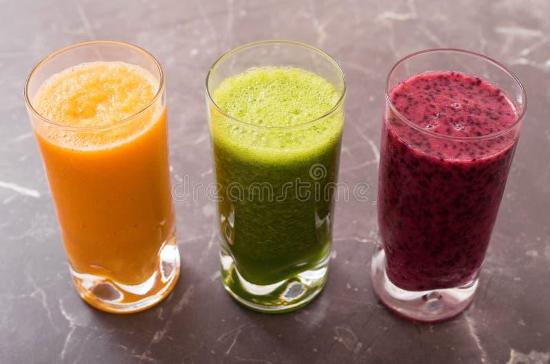 Trois smoothies différents en verres photographie stock libre de droits