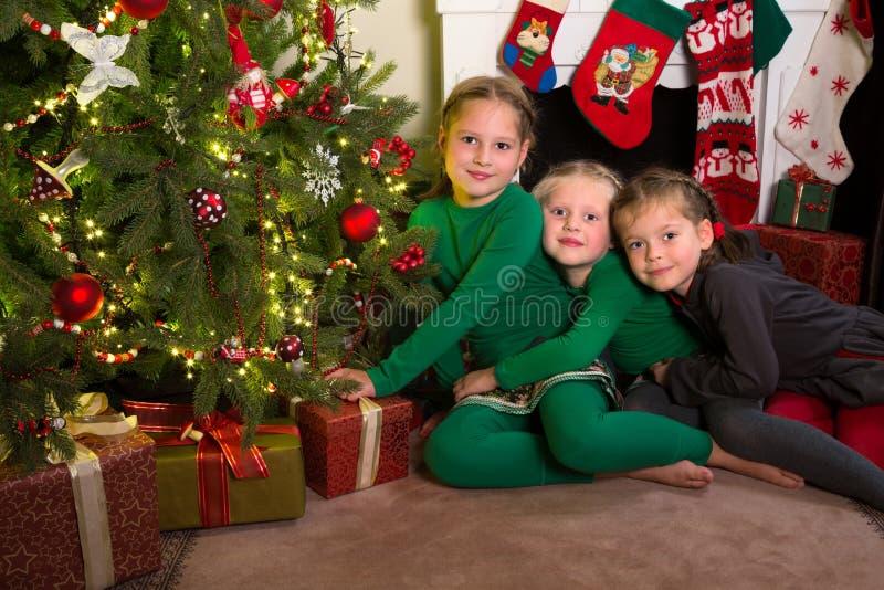 Trois soeurs avec Noël photos stock