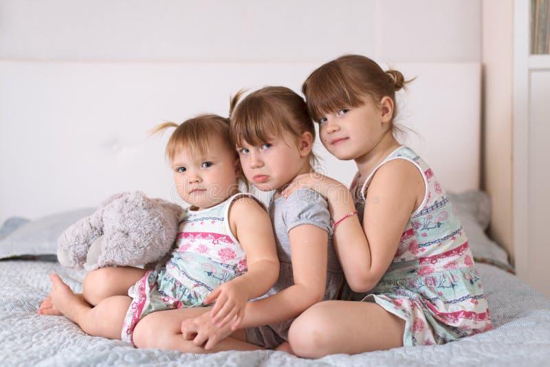 Trois soeurs d'enfant de mêmes parents dans le vrai intérieur, mode de vie photo stock