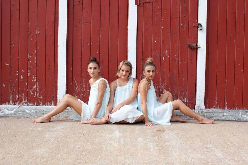 Trois soeurs dans des robes blanches photographie stock