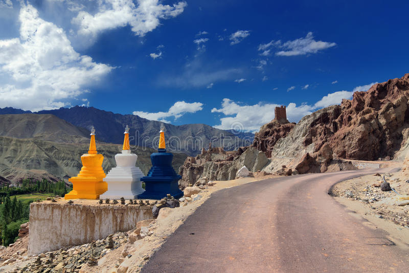 Trois stupas bouddhistes chez Leh, Ladakh, Jammu-et-Cachemire, Inde photographie stock libre de droits