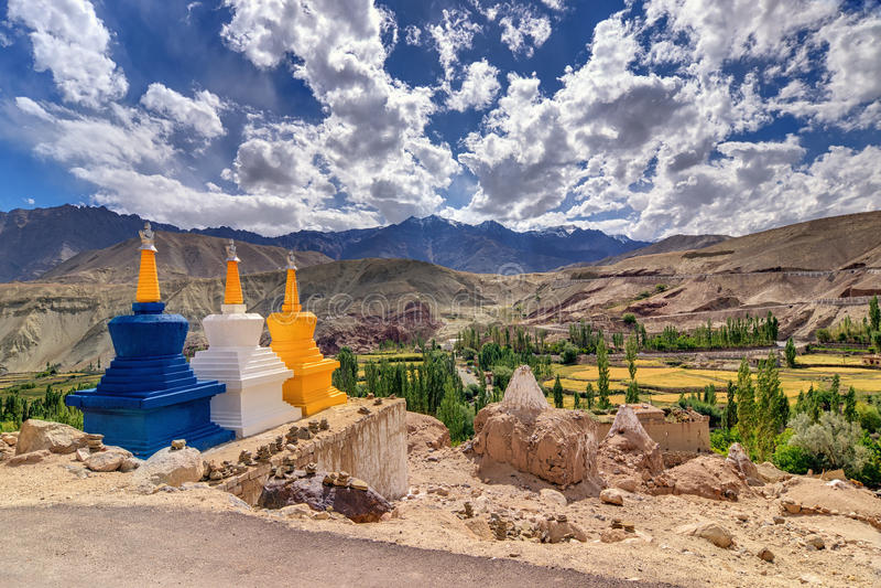 Trois stupas bouddhistes chez Leh, Ladakh, Jammu-et-Cachemire, Inde photographie stock