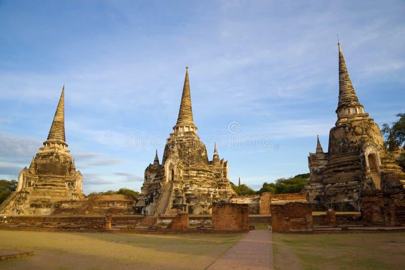 Trois stupas du temple bouddhiste antique de Wat Phra Si Sanphet à l'aube Ayutthaya thailand photographie stock