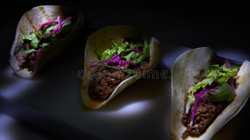 Trois tacos de rue de carnitas de porc en tortilla de maïs jaune photo stock