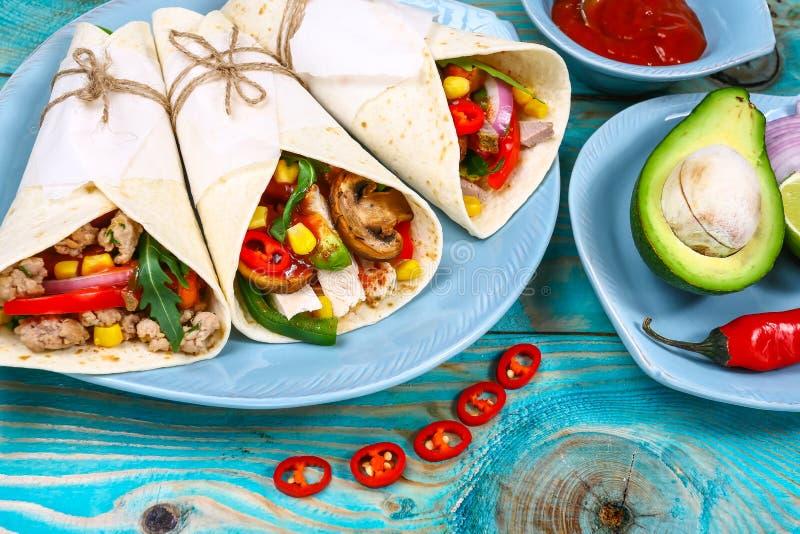 Trois tacos mexicains de carnitas de porc étendent à plat la composition, recette à cuire mexicaine de frontière images libres de droits
