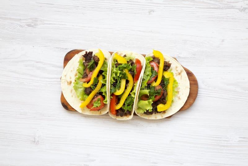 Trois tacos mexicains de carnitas de porc sur le conseil en bois Vue supérieure photographie stock