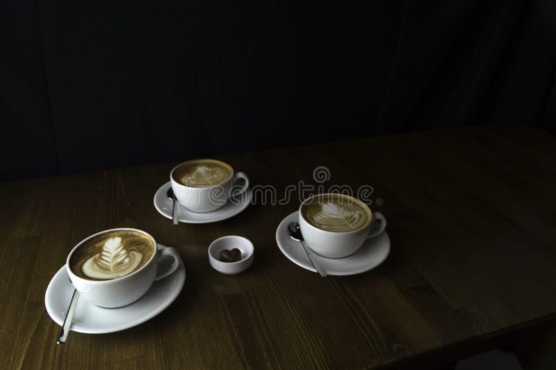 trois tasses prêtes à être servi le café avec du lait et le chocolat photo libre de droits