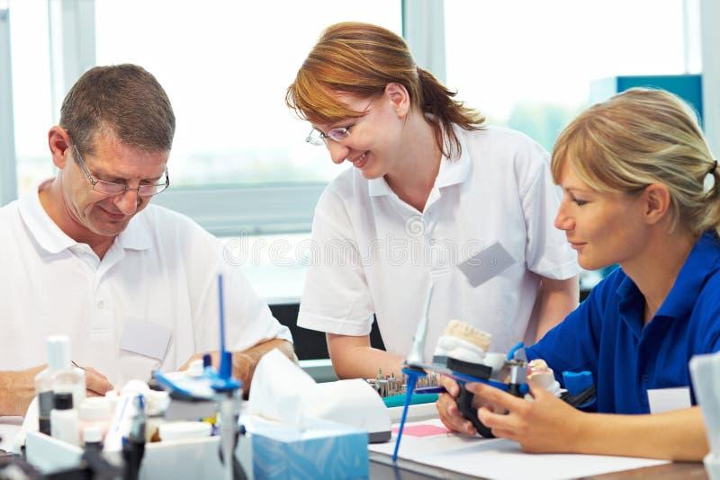 Trois techniciens dentaires photographie stock