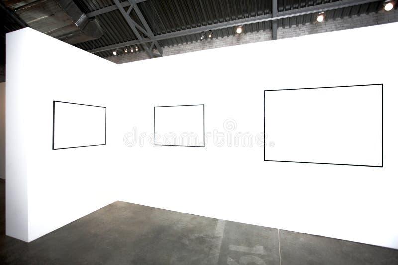 Trois trames vides sur le mur blanc photos stock