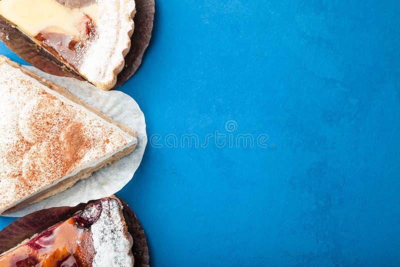 Trois tranches de gâteau aux pommes délicieux crémeux et avec les baies fraîches Copiez l'espace photo libre de droits