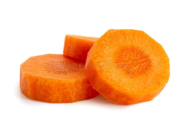 Trois tranches rondes de carotte épluchée d'isolement sur le blanc image stock