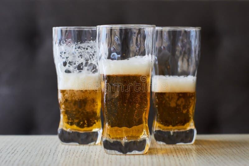Trois verres de bière blonde images stock
