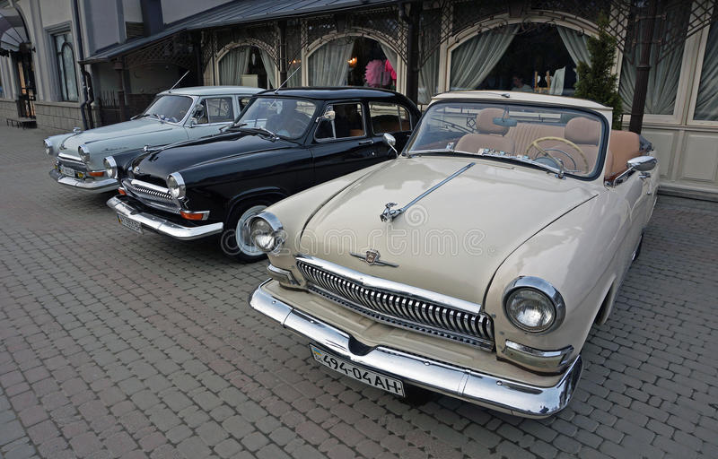 Trois vieilles rétros voitures soviétiques classiques GAZ M21 Volga images stock