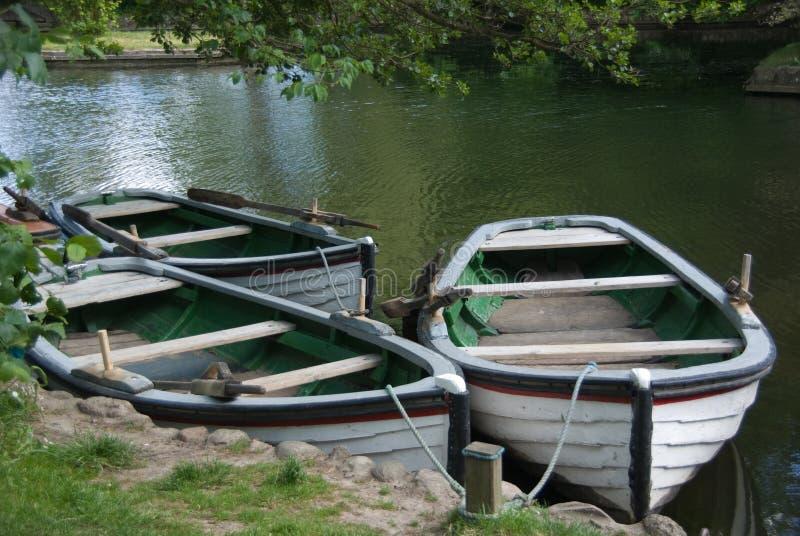 Trois vieux bateaux à rames en bois pour la location photographie stock