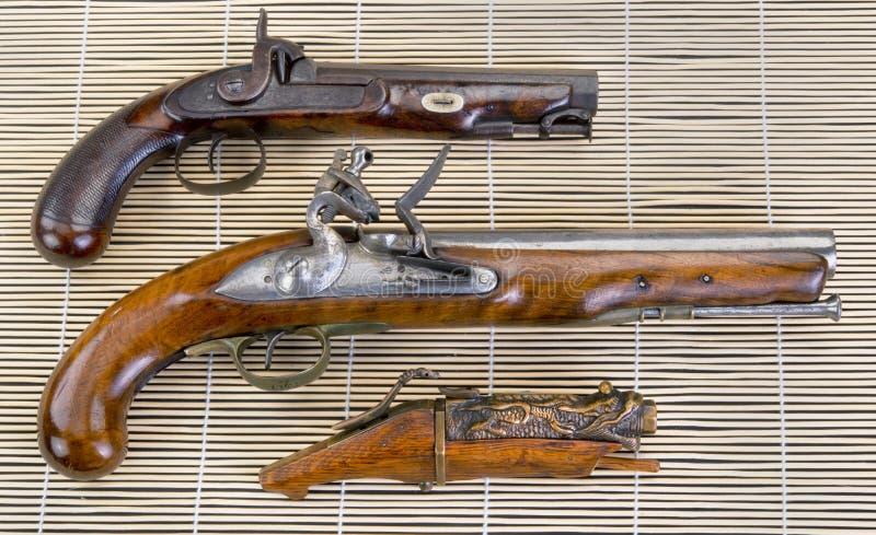 Trois vrais pistolets antiques images stock
