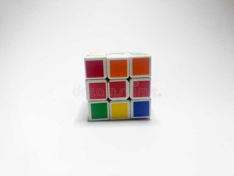 ?troitement du cube des rubik d'isolement sur le fond blanc image libre de droits
