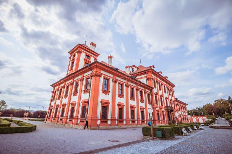 Troja slott och trädgård i sommar i Prague, Tjeckien fotografering för bildbyråer