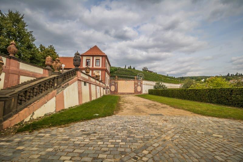 Troja slott och trädgård i sommar i Prague, Tjeckien royaltyfri fotografi