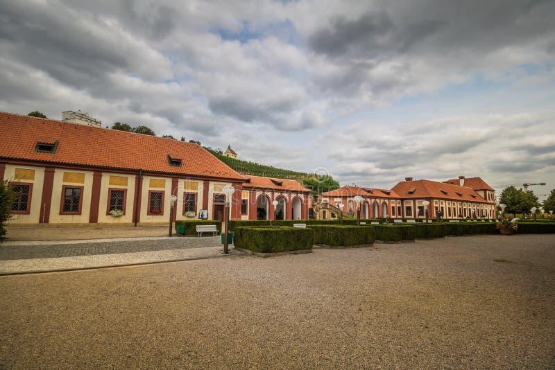 Troja slott och trädgård i sommar i Prague, Tjeckien royaltyfria bilder