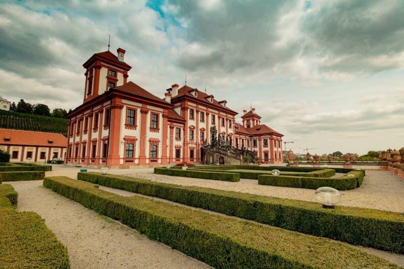 Troja slott och trädgård i sommar i Prague, Tjeckien arkivbilder