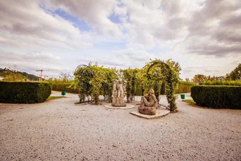 Troja slott och trädgård i sommar i Prague, Tjeckien royaltyfri foto