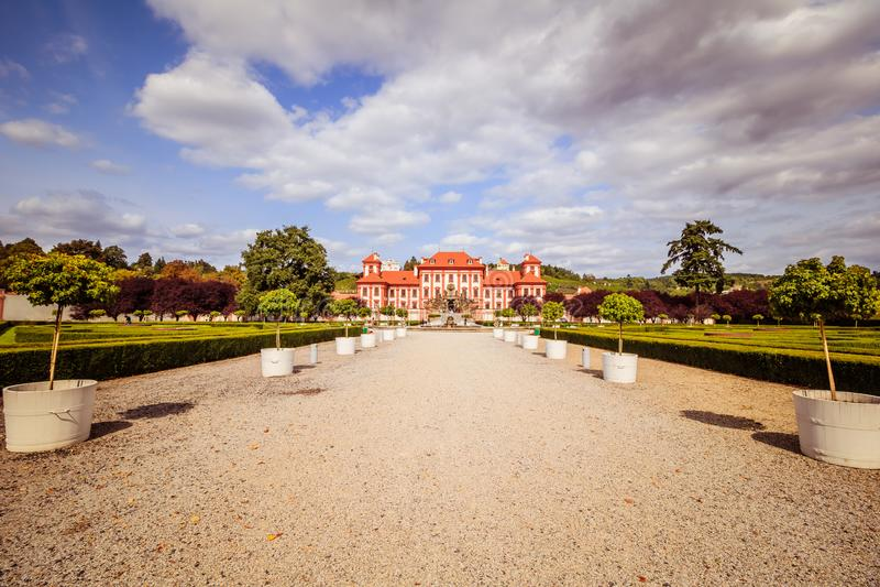 Troja slott och trädgård i sommar i Prague, Tjeckien royaltyfri bild