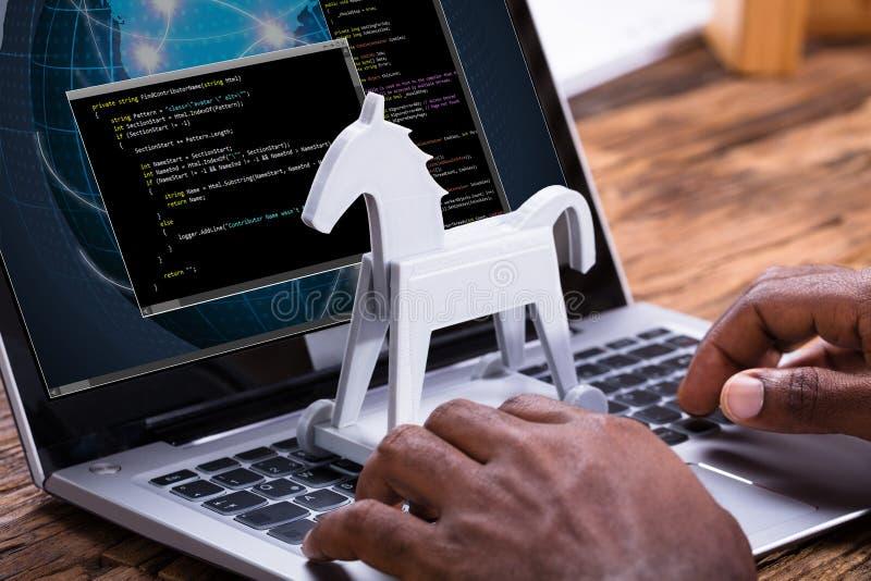 Trojan-Schadsoftware auf Laptop stockbild