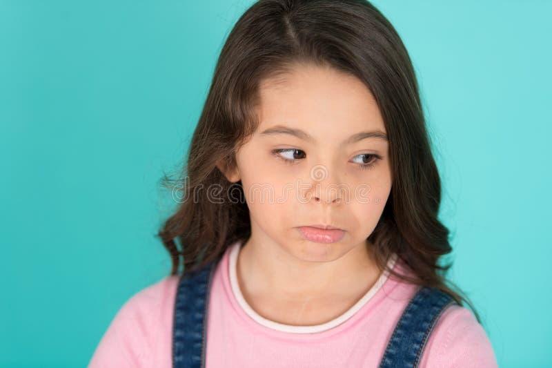 Trok haar mond samen Ongelukkig meisje Klein kind met droevige blik Klein meisje met lang haar Aanbiddelijk weinig kind zij stock afbeelding