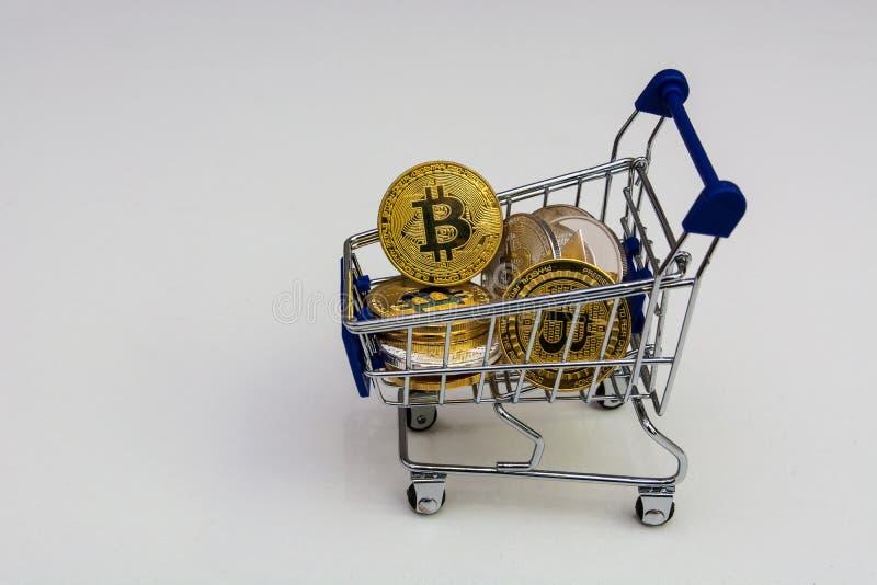 Trole da compra com bitcoins e a outra moeda cripto isolado fotografia de stock