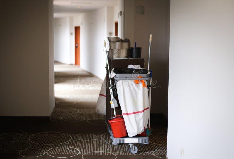 Trole da empregada doméstica em um hotel de 5 estrelas imagens de stock