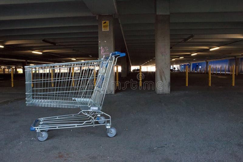 Trole de compra abandonado no parque de estacionamento imagens de stock