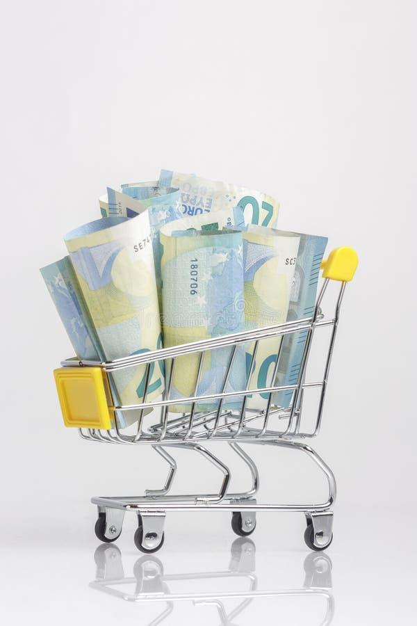 Trole de compra completamente das cédulas isoladas no fundo branco imagens de stock royalty free